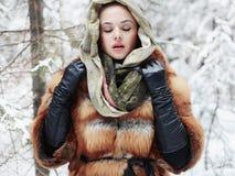 Schoonheids modelmeisje in de winter bos mooie jonge Vrouw in modieuze Bontjas en sjaal Stock Afbeeldingen