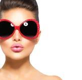Schoonheids modelmeisje die zonnebril dragen Stock Afbeelding