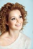 Schoonheids modelmeisje met blazend blonde krullend haar stock foto
