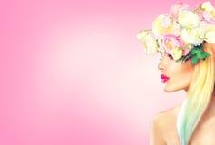 Schoonheids modelmeisje met bloeiend bloemenkapsel Royalty-vrije Stock Foto