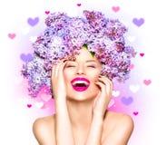 Schoonheids modelmeisje met lilac bloemenkapsel Royalty-vrije Stock Afbeelding