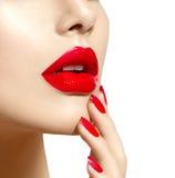 Schoonheids modelmeisje met rode sexy lippen en spijkersclose-up Royalty-vrije Stock Foto's
