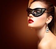 Schoonheids modelvrouw die het Venetiaanse die masker van maskeradecarnaval dragen bij partij op zwarte achtergrond wordt geïsole stock foto
