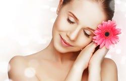 Schoonheids natuurlijk jong meisje met bloem roze gerbera Stock Afbeelding