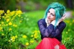 Schoonheids romantisch meisje met groen haar in park stock foto