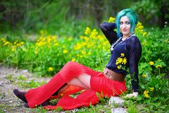 Schoonheids romantisch meisje met groen haar in park royalty-vrije stock afbeeldingen