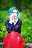 Schoonheids romantisch meisje met groen haar in park stock afbeelding