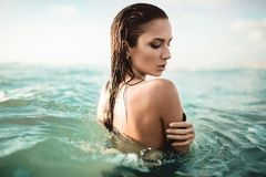 Schoonheids sexy meisje die en in het overzees zwemmen stellen Mooie vrouw Stock Afbeeldingen