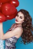 Schoonheids sexy vrouw met rode de dagverjaardag van hart baloon Valentijnskaarten Stock Foto's
