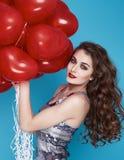 Schoonheids sexy vrouw met rode de dagverjaardag van hart baloon Valentijnskaarten Stock Fotografie
