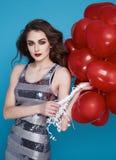 Schoonheids sexy vrouw met rode de dagverjaardag van hart baloon Valentijnskaarten Stock Foto