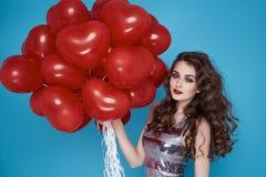 Schoonheids sexy vrouw met rode de dagverjaardag van hart baloon Valentijnskaarten Royalty-vrije Stock Foto's