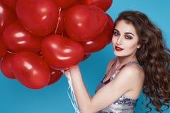 Schoonheids sexy vrouw met rode de dagverjaardag van hart baloon Valentijnskaarten Stock Afbeelding