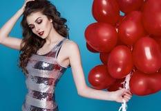 Schoonheids sexy vrouw met rode de dagverjaardag van hart baloon Valentijnskaarten Stock Afbeeldingen