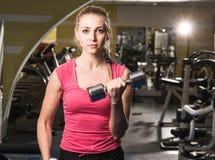 Schoonheids sportieve vrouw in gymnastiek Stock Afbeeldingen