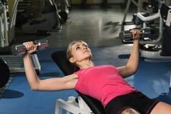 Schoonheids sportieve vrouw in gymnastiek Royalty-vrije Stock Afbeeldingen