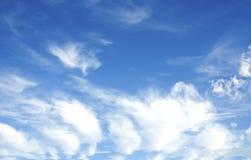 Schoonheids vreedzame hemel met witte wolken Royalty-vrije Stock Foto's