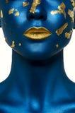 Schoonheids vrouwelijk Model met blauwe Huid en gouden Lippen stock foto