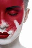Schoonheids vrouwelijk model met gesloten ogen en bloed op gezicht stock fotografie