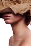 Schoonheids vrouwelijk Model met verpakkend Document op Gezicht stock afbeeldingen