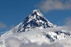 Schoonheids vulkanisch landschap: mening over vulkaan boven wolken Stock Afbeeldingen