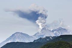 Schoonheids vulkanisch landschap: uitbarstings actieve vulkaan stock foto