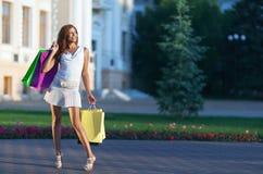 Schoonheids winkelende vrouw Stock Foto's