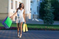 Schoonheids winkelende vrouw Royalty-vrije Stock Afbeelding