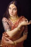 Schoonheids zoet Indisch meisje in het glimlachen van Sari Stock Afbeeldingen