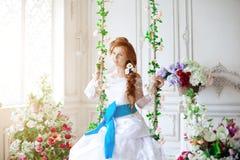 Schoonheidsbruid in luxueuze binnenlands met bloemen Stock Fotografie