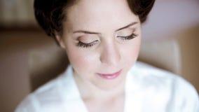 Schoonheidsbruid in peignoir met bruids make-up binnen stock videobeelden