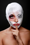 Schoonheidsconcept die Zware Make-up door Gaas sijpelen stock fotografie