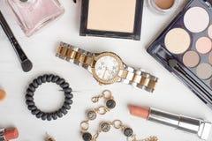 Schoonheidsconcept in een blog Professionele vrouwelijke samenstellingstoebehoren: horloges, armband, lippenstift, borstel, poede stock afbeelding