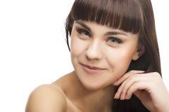 Schoonheidsconcept: Jongelui die Kaukasisch Donkerbruin Meisjesgezicht dicht glimlachen Stock Fotografie