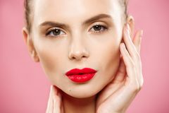 Schoonheidsconcept - sluit omhoog het Schitterende Jonge Donkerbruine portret van het Vrouwengezicht De schoonheid ModelGirl met  royalty-vrije stock fotografie