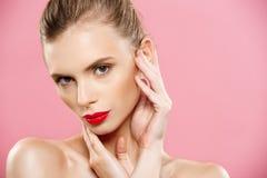 Schoonheidsconcept - sluit omhoog het Schitterende Jonge Donkerbruine portret van het Vrouwengezicht De schoonheid ModelGirl met  stock afbeeldingen