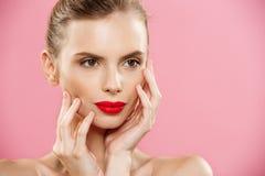 Schoonheidsconcept - sluit omhoog het Schitterende Jonge Donkerbruine portret van het Vrouwengezicht De schoonheid ModelGirl met  stock foto's