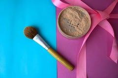 Schoonheidsdoos, kruimelig steen mineraal poeder met een speciale bruine mooie houten borstel van natuurlijk dutje voor make-up stock fotografie