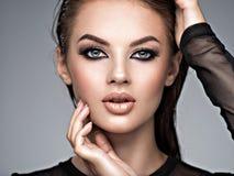 Schoonheidsgezicht van de jonge mooie vrouw stock afbeelding