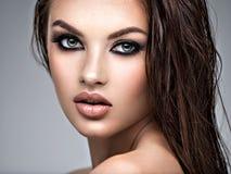 Schoonheidsgezicht van de jonge mooie vrouw stock foto's