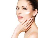 Schoonheidsgezicht van vrouw met kosmetische room op gezicht Stock Afbeelding