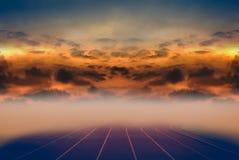 Schoonheidshemel en silhouet van wolken over renbaan voor het runnen van w Royalty-vrije Stock Foto's