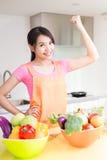 Schoonheidshuisvrouw in keuken Stock Foto