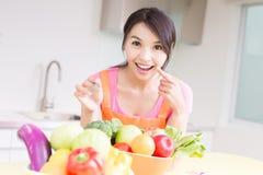 Schoonheidshuisvrouw in keuken Stock Foto's