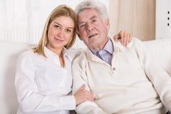 Schoonheidskleindochter en grootvader Stock Afbeeldingen