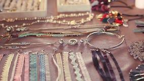 Schoonheidsmarkt in Rusland Het kiezen van juwelen voor vrouwen stock videobeelden