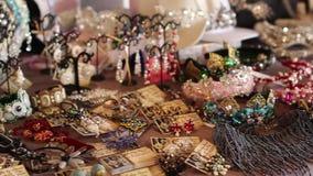 Schoonheidsmarkt in Rusland Het kiezen van juwelen voor vrouwen stock video