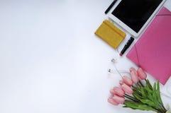 Schoonheidsmateriaal Make-upachtergrond Aspecten van make-up Omslag, tablet, tulpenbloemen, hoofdtelefoons, lippenstift en geslot stock foto's