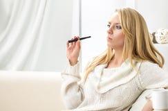 Schoonheidsmeisje binnen met e-sigaret vape In nieuw vaping apparaat royalty-vrije stock fotografie