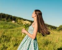 Schoonheidsmeisje die in openlucht van aard genieten Royalty-vrije Stock Foto's